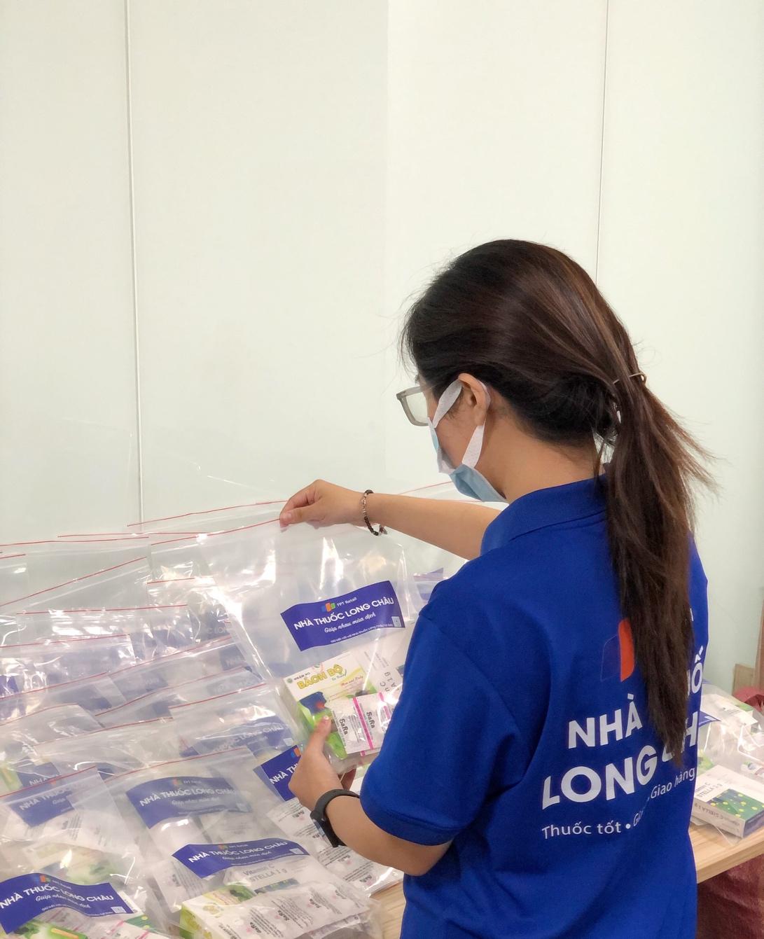 Nhân viên Long Châu chuẩn bị các phần quà để gửi cho các F0, F1 đang cách ly tại nhà. Ảnh: FPT Long Châu