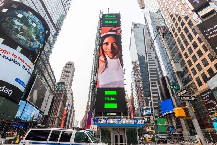 Hình ảnh Suboi xuất hiện trên banner tại Quảng trường Thời đại Mỹ.