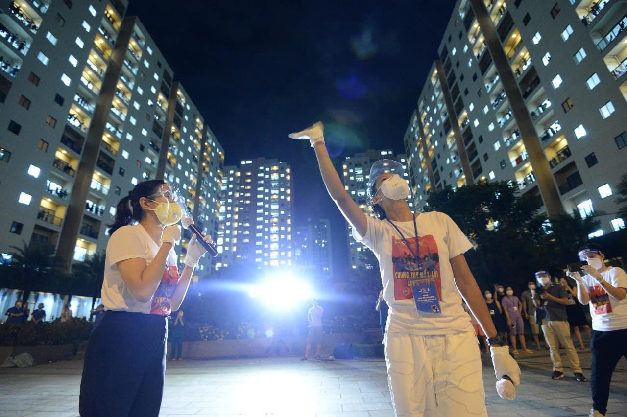 MC Quỳnh Hoa (trái) và Hoa hậu H'Hen Niê vẫy tay chào người dân và lực lượng y tế.