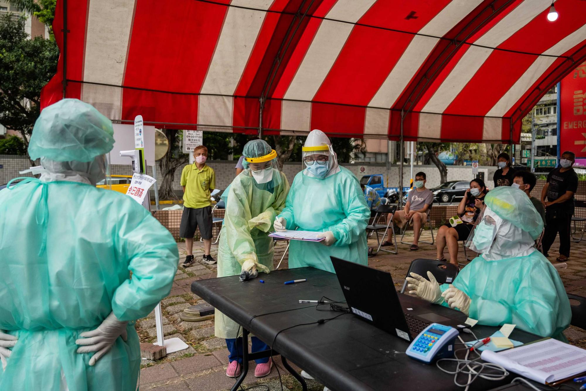 Tỷ lệ người dân được tiêm vắc xin COVID-19 vẫn chưa được cao - Ảnh: Billy H.C. Kwok/Bloomberg/Getty Images