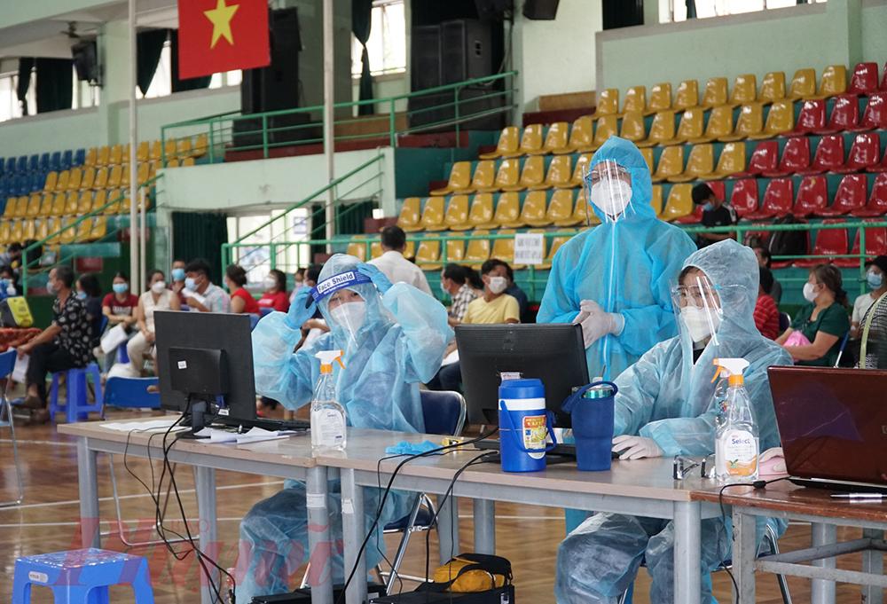 Hơn 930.000 liều vắc xin ngừa COVID-19 được tiêm cho 15 nhóm đối tượng ưu tiên gồm người mắc bệnh nền, trên 65 tuổi tiêm ở bệnh viện. Các đối tượng còn lại như xe ôm công nghệ, người lao động,.. sẽ được tiêm ở điểm tiêm cộng đồng.