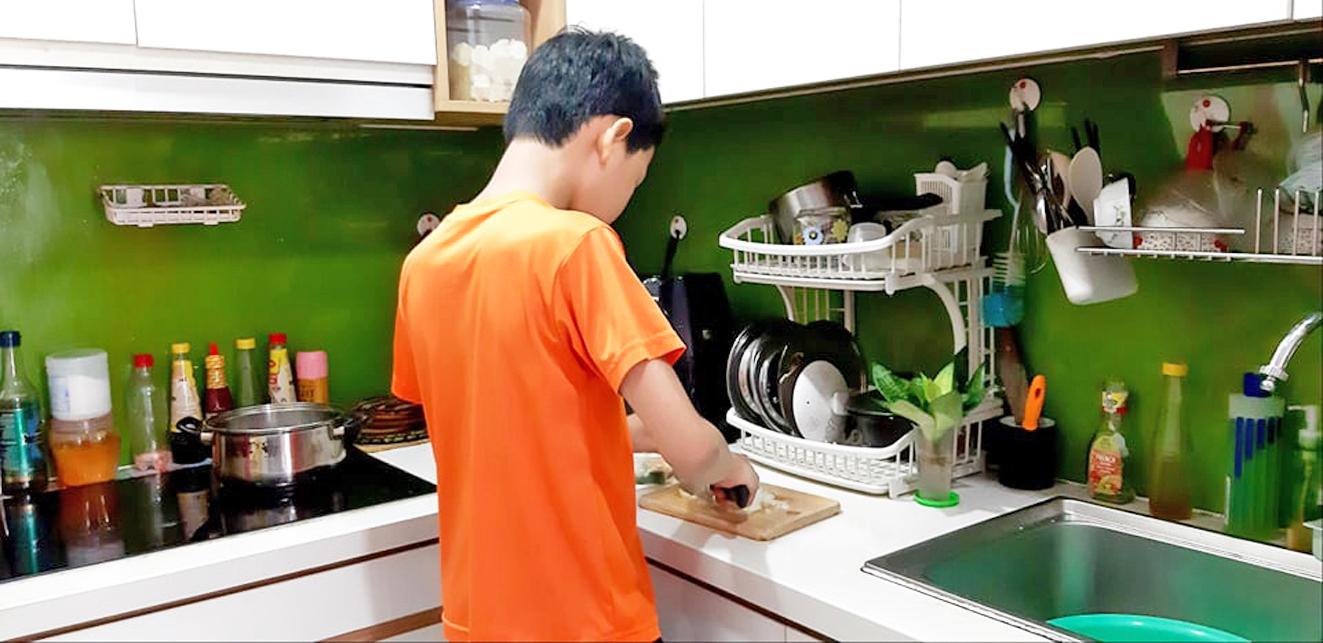 Con trai 12 tuổi đang nấu ăn