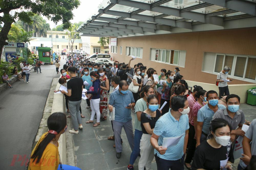 Theo ghi nhận của PV chiều ngày 22/7, tại Viện E(  Trần Cung, phường Nghĩa Tân, quận Cầu Giấy, thành phố Hà Nội) diễn ra cảnh xếp hàng chen chúc nghẹt thở để chờ tiêm Covid-19.