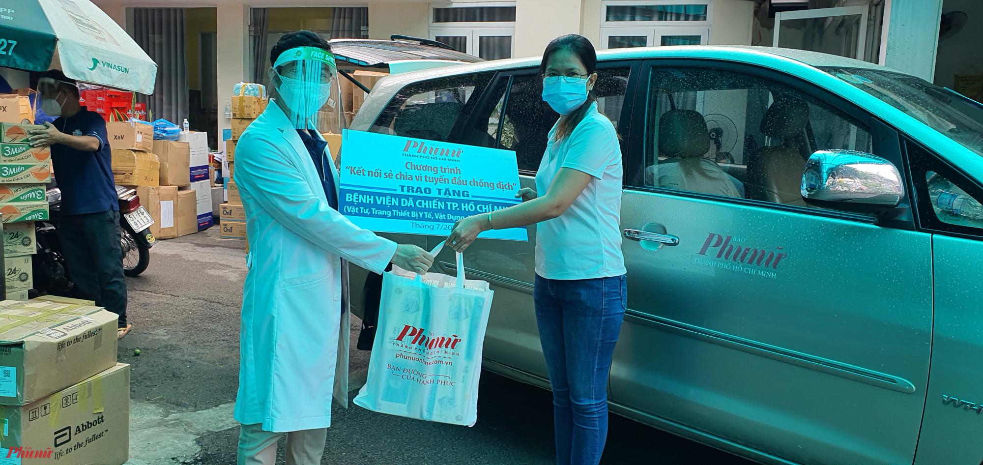 Báo Phụ nữ TPHCM tặng vật tư, trang thiết bị y tế đến bệnh viện dã chiến số 8