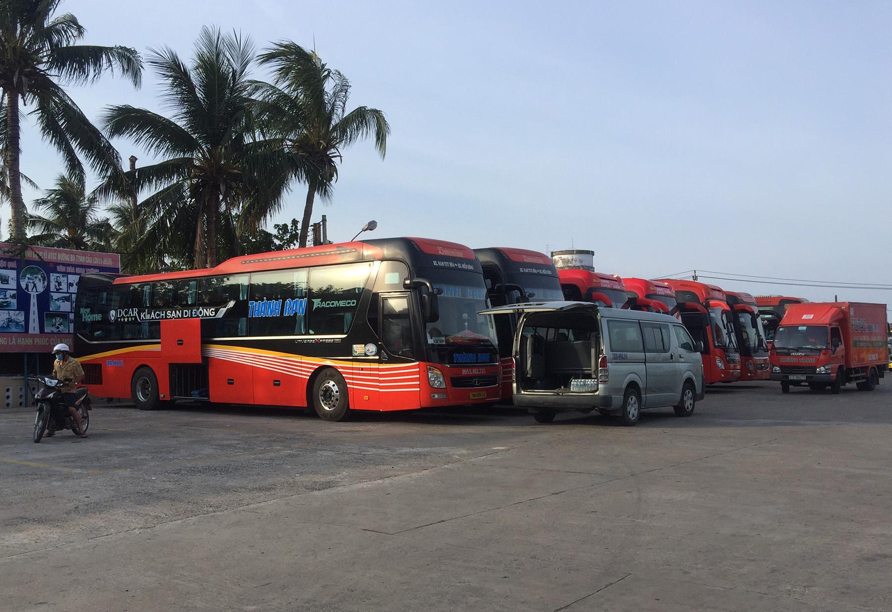 Trên 50 đầu xe chuẩn bị xuất bên vận chuyển người dân từ TP HCM về Phú Yên