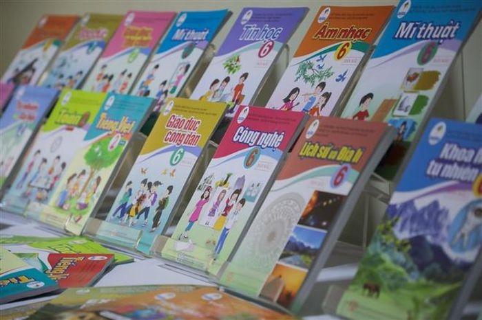 Nhiều địa phương yêu cầu các trường không bán sách giáo khoa kèm sách tham khảo