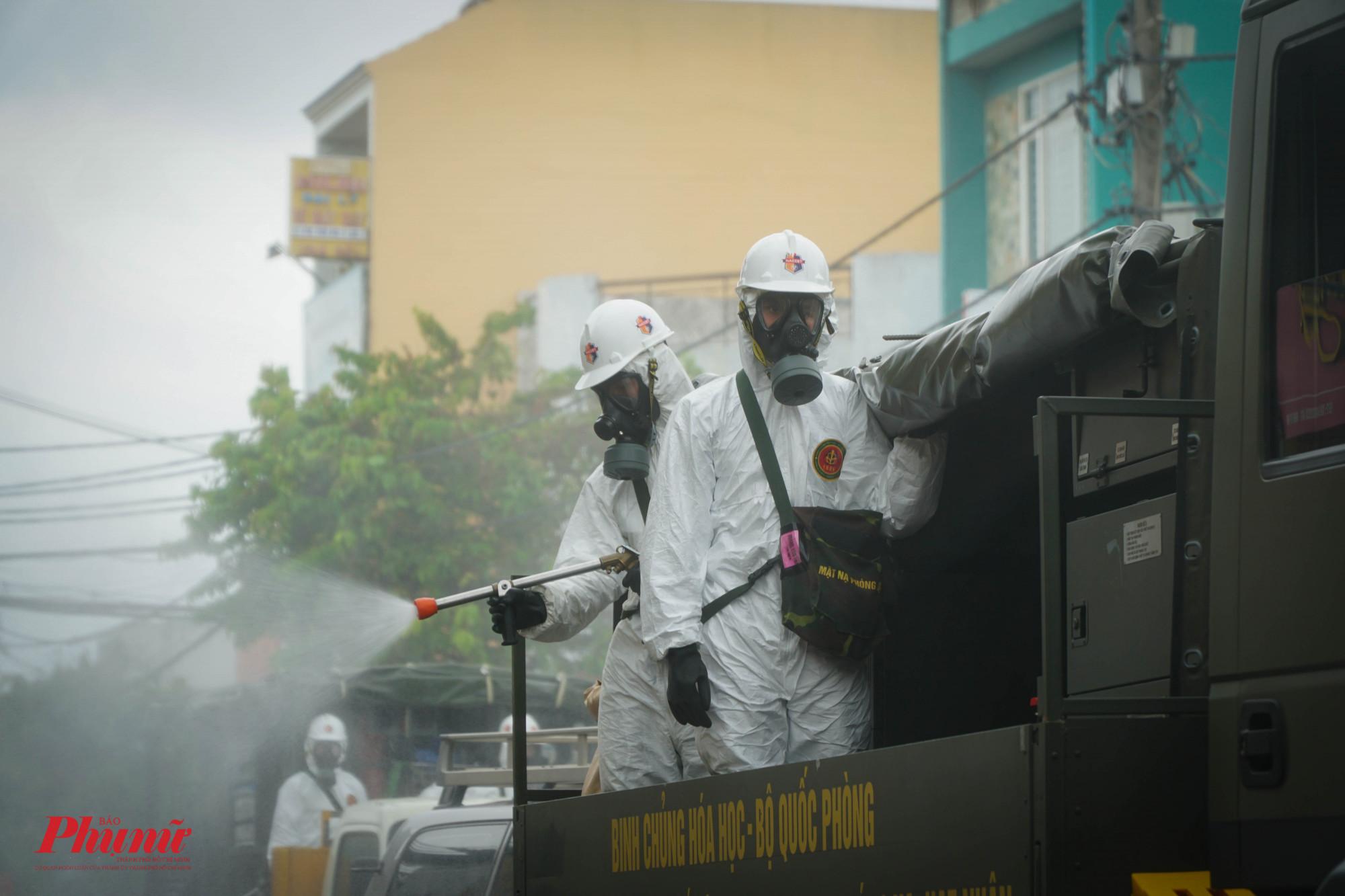 Sáng 23/7, Bộ Tư lệnh TPHCM đã triển khai lực lượng phun tiêu độc, khử khuẩn. Ảnh: Tam Nguyên