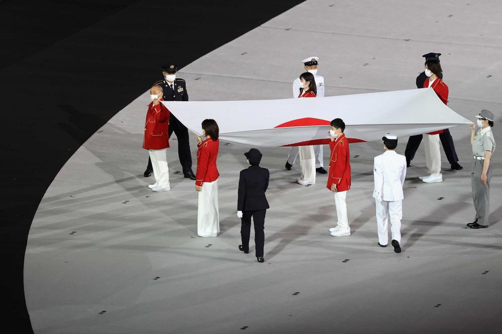 Quốc kỳ Nhật Bản được mang lên sân khấu trong Lễ khai mạc.