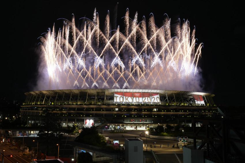 Pháo hoa thắp sáng bầu trời Sân vận động Quốc gia trong lễ khai mạc Thế vận hội Mùa hè 2020 ở Tokyo