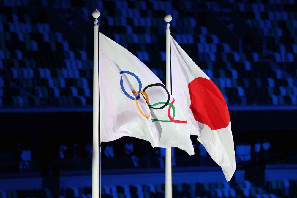 Lá cờ Olympic chính thức tung bay bên cạnh quốc kỳ Nhật Bản