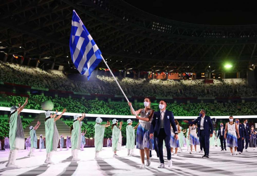 Người mang cờ Eleftherios Petrounias và Anna Korakaki dẫn đầu đoàn VĐV Hy Lạp trong cuộc diễu hành của các vận động viên