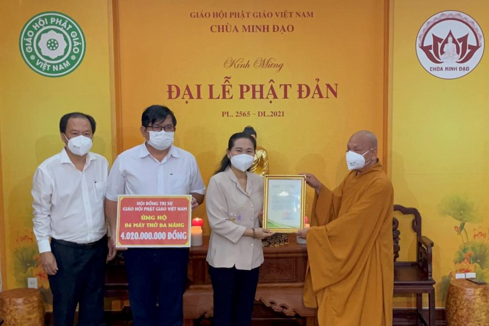 Chủ tịch HĐND TPHCM Nguyễn Thị Lệ trao thư cảm ơn của TPHCM cho Hòa thượng Thích Thiện Nhơn,