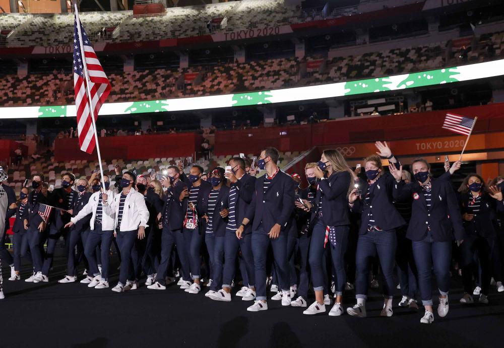 Người mang cờ Sue Bird và Eddy Alvares dẫn đầu đoàn vận động viên Mỹ