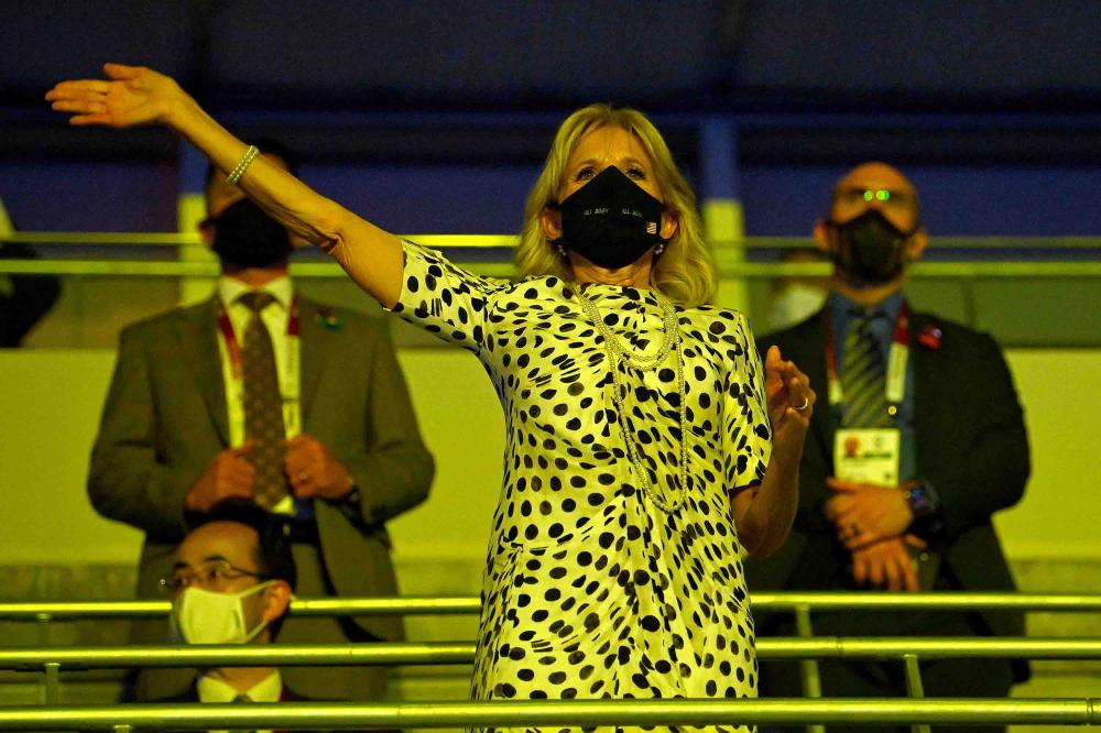Đệ nhất phu nhân Jill Biden vẫy tay chào trong Lễ khai mạc