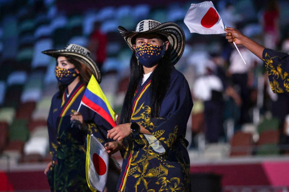 Các thành viên của đoàn vận động viên Colombia tiến vào sân vận động Olympic. Giống như một buổi trình diễn thời trang ở Paris, hơn 200 quốc gia đã đem các trang phục mang đậm sắc màu quốc gia đến Sân vận động Quốc gia Tokyo