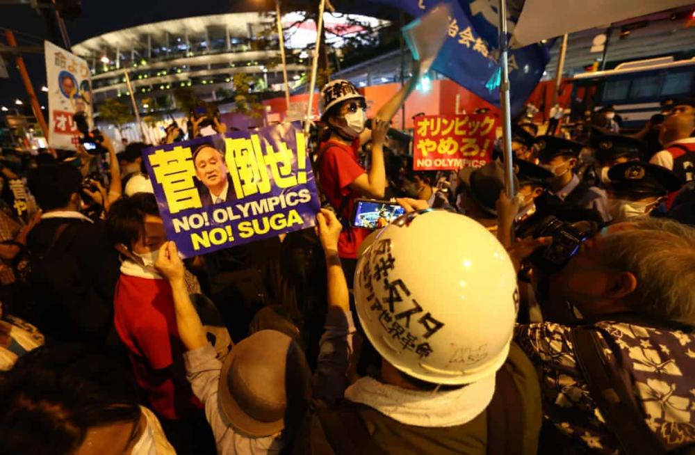 Những người biểu tình chống Thế vận hội tụ tập bên ngoài sân vận động