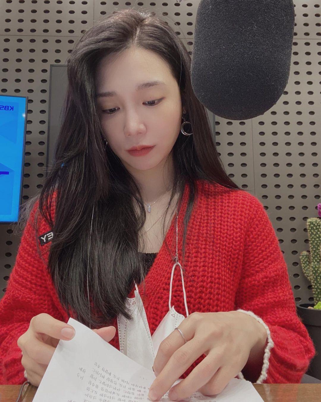 Eun Ji: Khi bạn để kiểu tóc rẽ ngôi lệch sâu như Eun-ji của nhóm Apink, về cơ bản bạn đang chuyển toàn bộ tóc sang một bên đầu giúp tạo ấn tượng về mái tóc dày, đầy đặn Nếu thích, bạn có thể dùng thêm máy uốn tạo một vài lọn xoăn ở phần tóc dày.