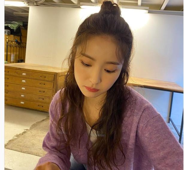Shin Se Kyung: Hiểu rõ khuyết điểm về tóc của bản thân, nữ diễn viên thường hay búi tóc hoặc buộc nửa đầu để phần tóc trông dày và chắc khỏe hơn. Trước khi búi tóc, cô nàng thường sử dụng máy tạo độ phồng để đạt được hiểu quả tốt nhất.