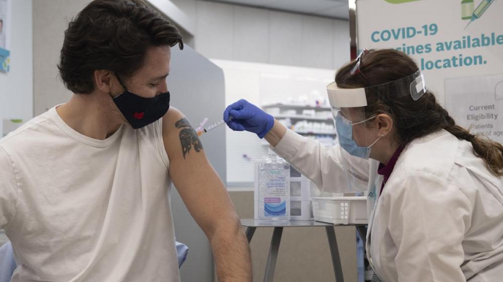 Thủ tướng Canada Justin Trudeau tiêm mũi vắc xin AstraZeneca đầu tiên hồi tháng 4/2021 - Ảnh: CP/Bloomberg