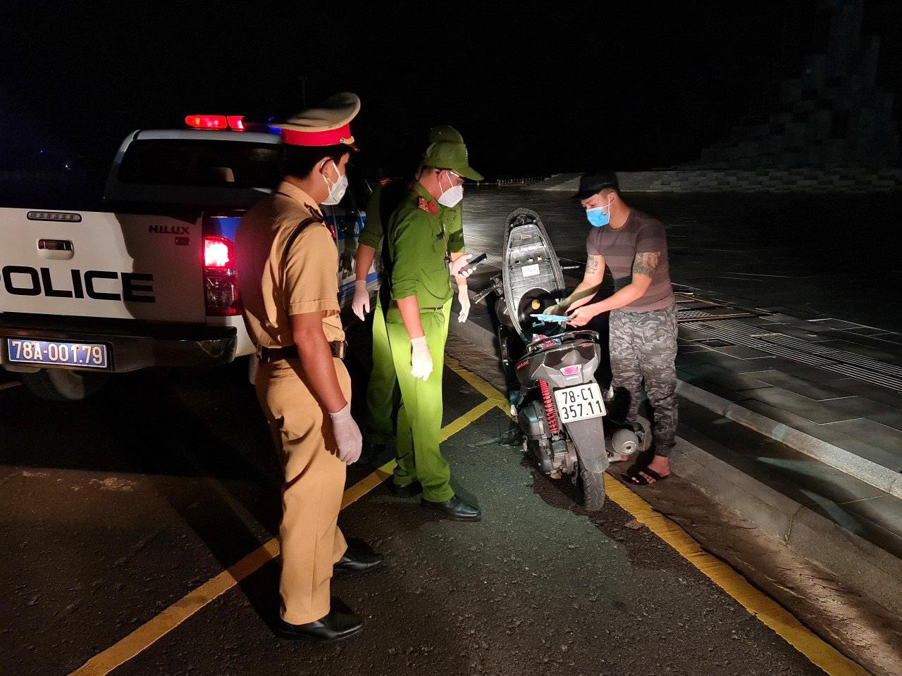 Sáng sớm ngày 23/7, lực lượng chức năng TP. Tuy Hòa (Phú Yên) lập biên bản những trường hợp vi phạm nội dung Chỉ thị 16