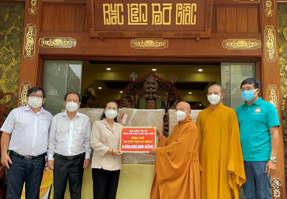 Hòa thượng Thích Thiện Nhơn – Chủ tịch Hội đồng Trị sự Giáo hội Phật giáo Việt Nam – đã trao tặng 6 máy thở đa năng với tổng trị giá hơn 4 tỷ đồng cho TPHCM