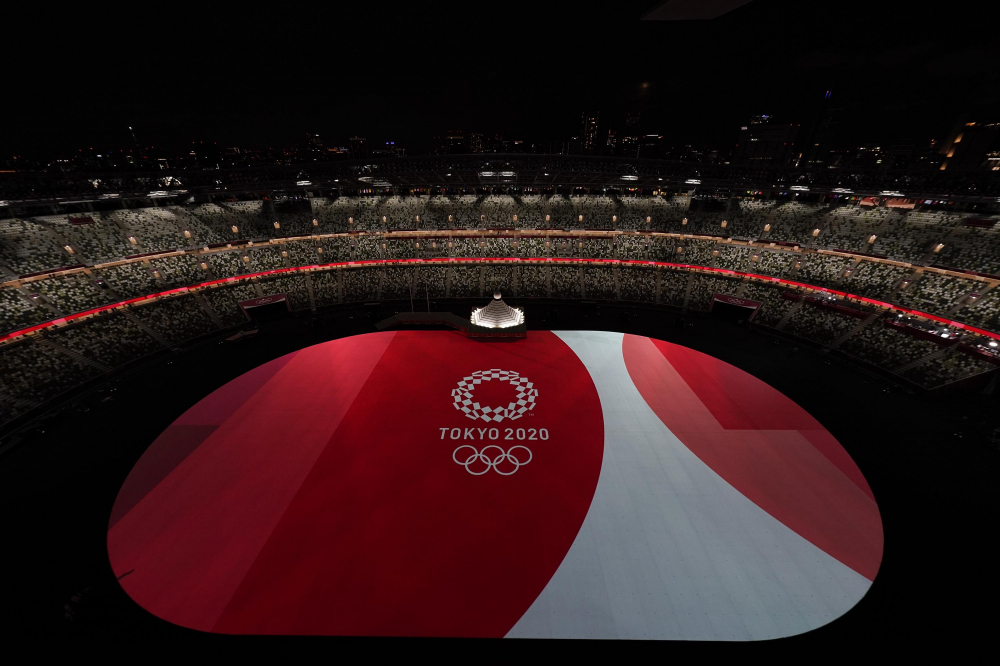 Sàn của sân vận động Olympic được thắp sáng trước khi bắt đầu lễ khai mạc