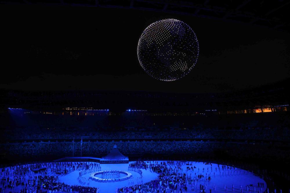 1.824 máy bay không người lái thắp sáng bầu trời phía trên Sân vận động Olympic khi biểu tượng # Tokyo2020 biến thành một quả địa cầu rựa rỡ