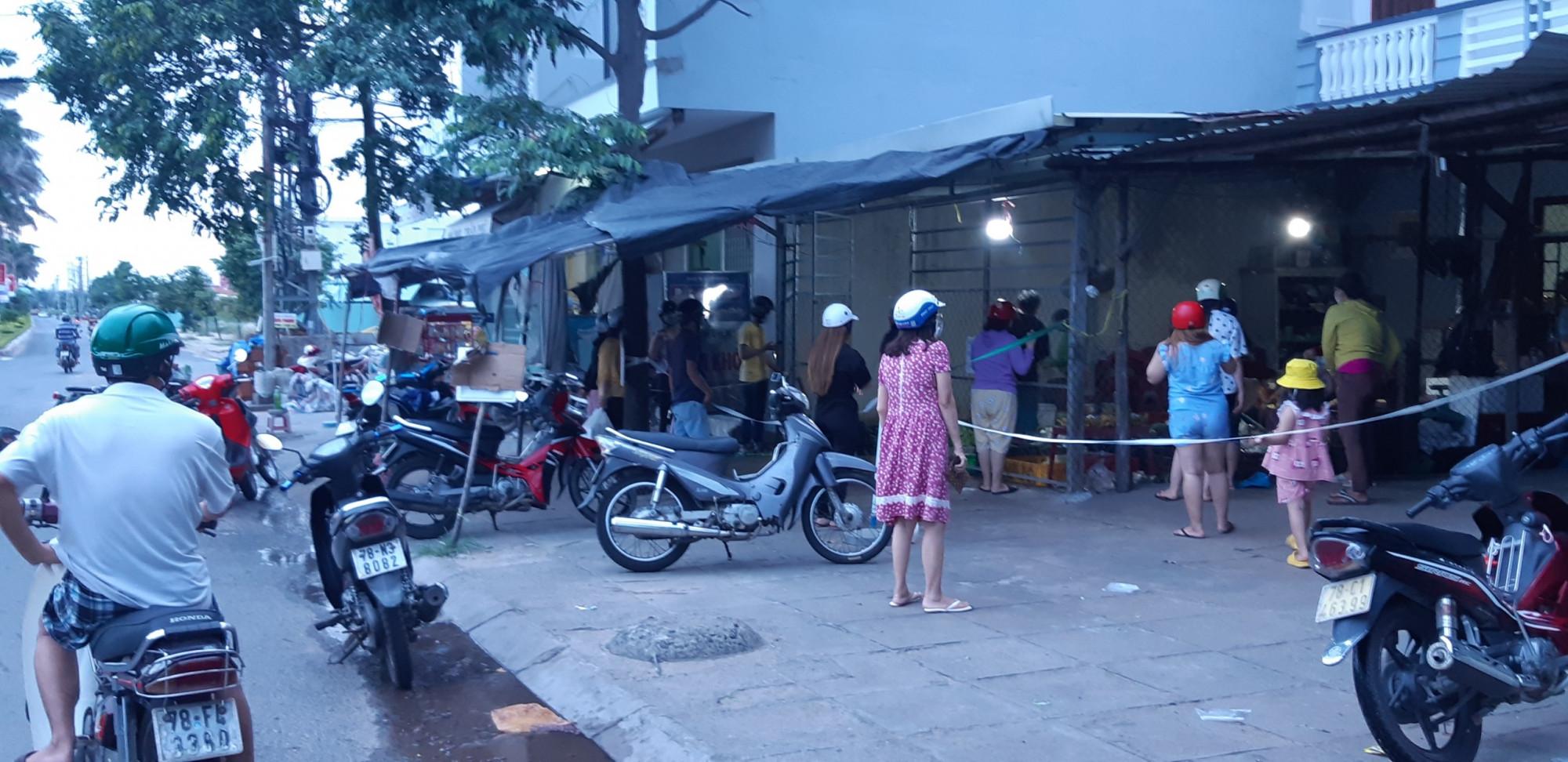 Người dân ở TP Tuy Hòa (Phú Yên) mua nhu yếu phẩm