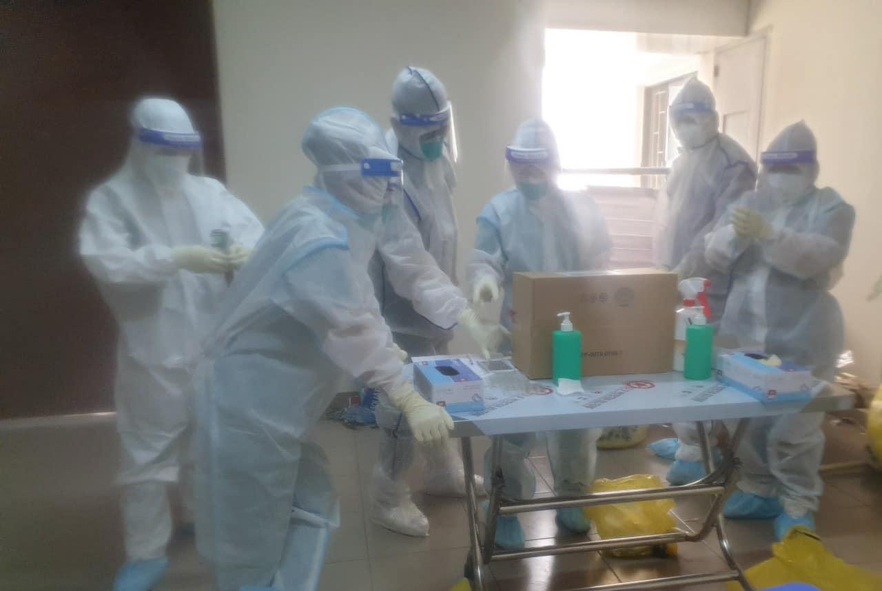 Đội ngũ nhân viên y tế chuẩn bị đi lấy mẫu xét nghiệm ngay tại phòng bệnh ở Bệnh viện Dã chiến 2