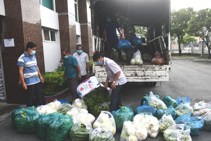 Nông dân Bến Tre hỗ trợ hàng hóa, rau củ quả cho Trung đoàn 895 (đóng tại xã Châu Bình, huyện Giồng Trôm - ảnh: Thu Huyền