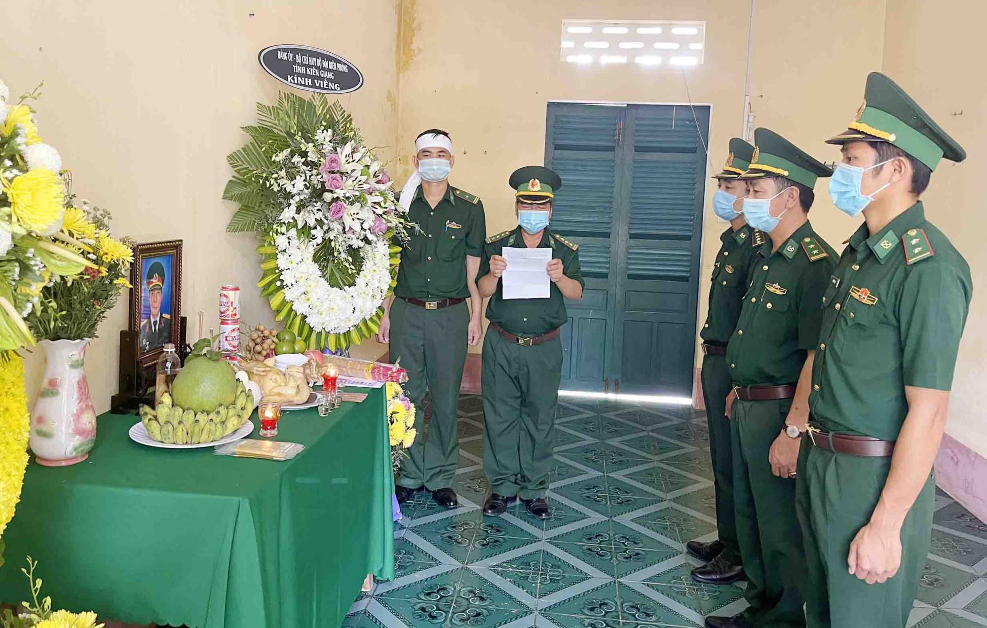 đại diện bộ đội biên phòng Gành Dầu đọc điện chia buồn của Đảng ủy, Bộ chỉ huy BĐBP tỉnh Kiên Giang