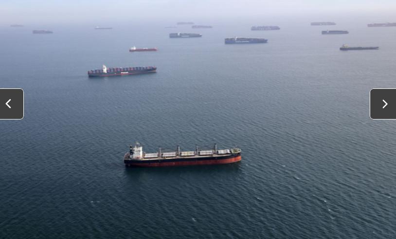 Nhiều tàu container bị mắc kẹt do ảnh hưởng của dịch COVID-19.