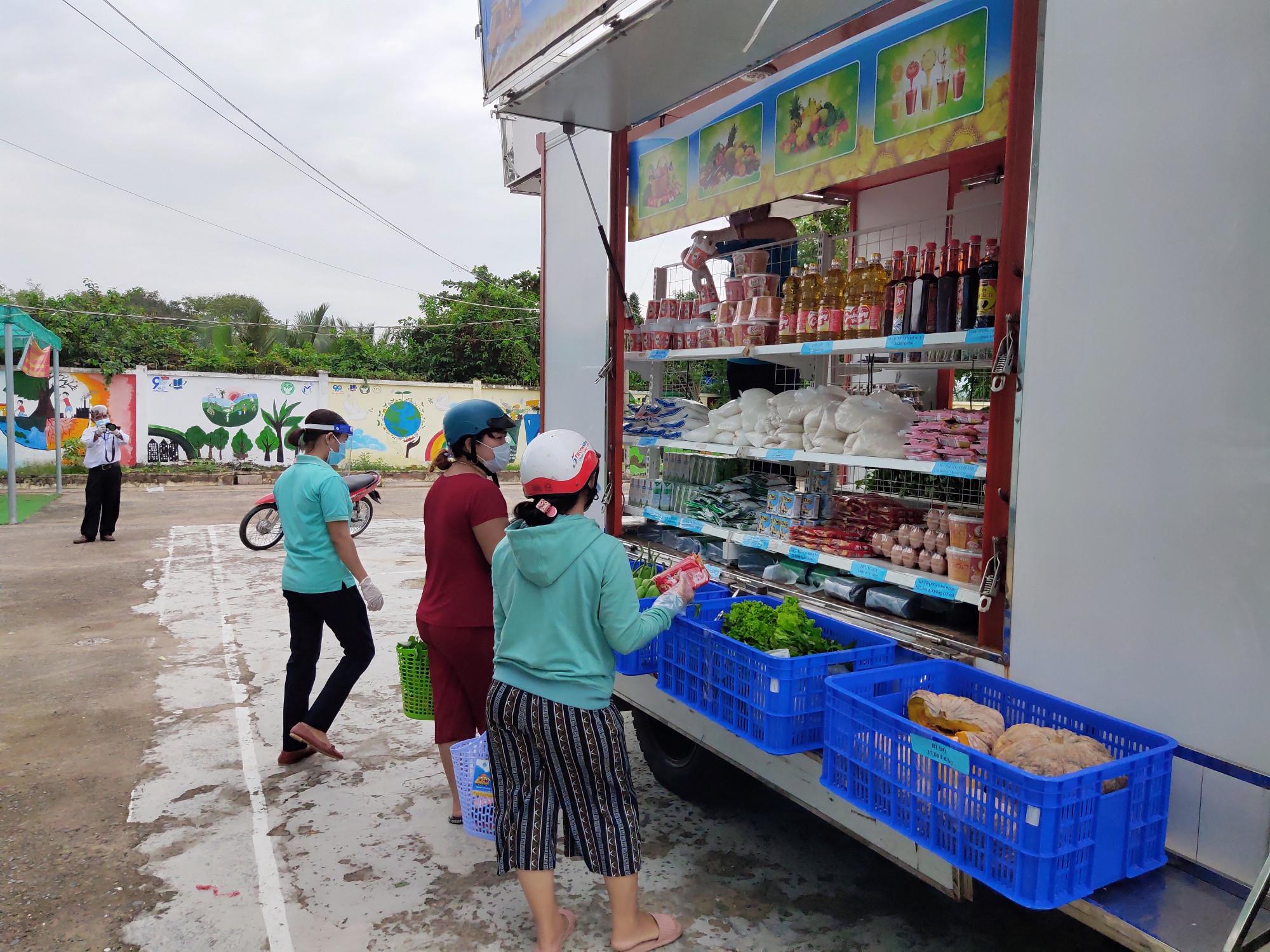 Người dân xã Hiệp Phước đến siêu thị mini lưu động để tránh việc tập trung đông đúc tại các siêu thị