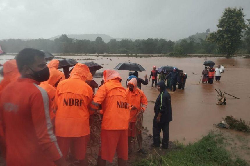 Lực lượng cứu hộ giải cứu những người dân làng bị mắc kẹt sau trận mưa gió mùa lớn ở Chiplun, bang Maharashtra
