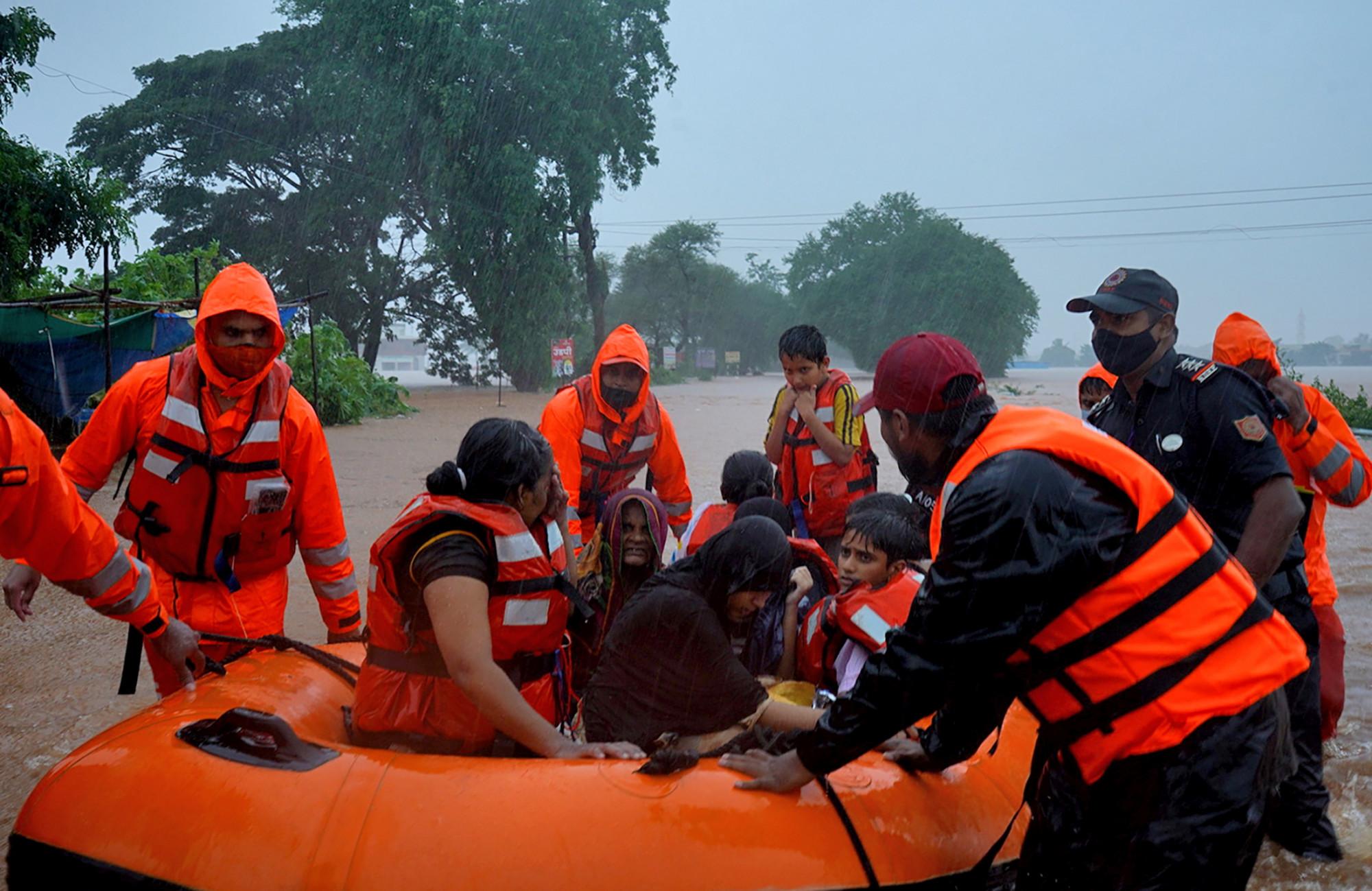 Lực lượng cứu hố nỗ lực giải cứu người dân.