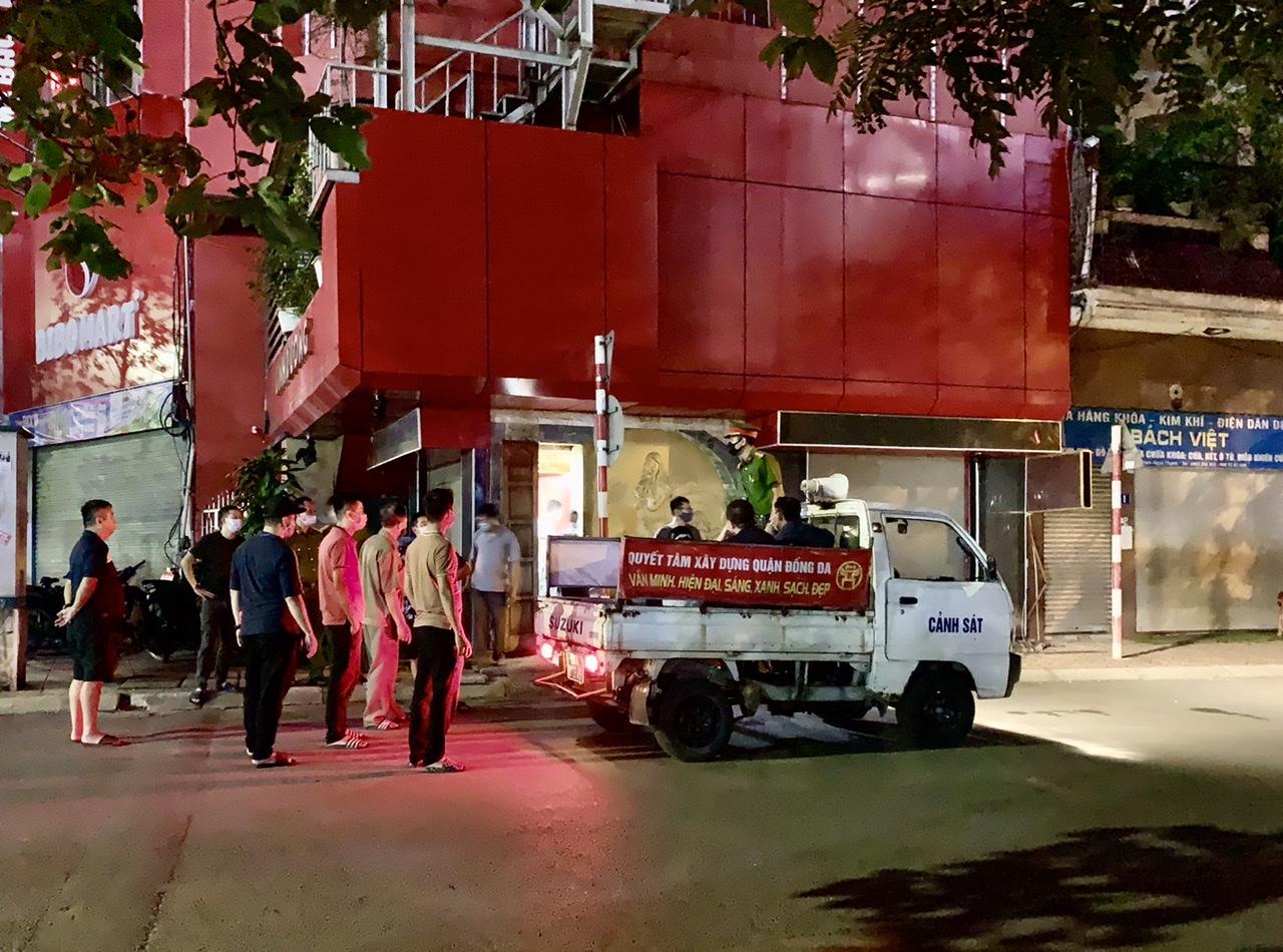 Lực lượng chức năng khám xét quán Linh Dương vào tối 9/7.
