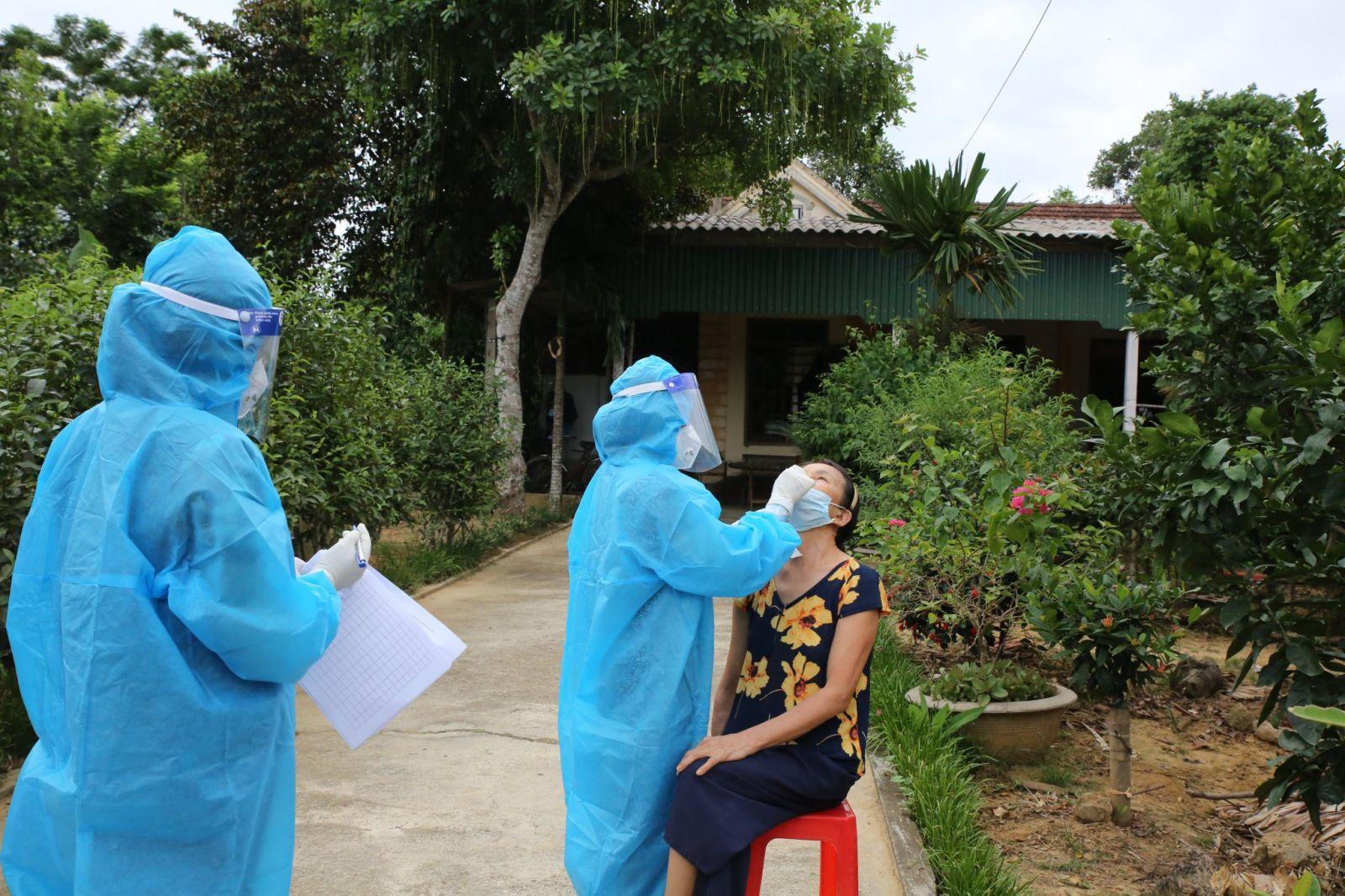 Lực lượng y tế Hà Tĩnh lấy mẫu xét nghiệm cho người dân trong khu vực phong toả
