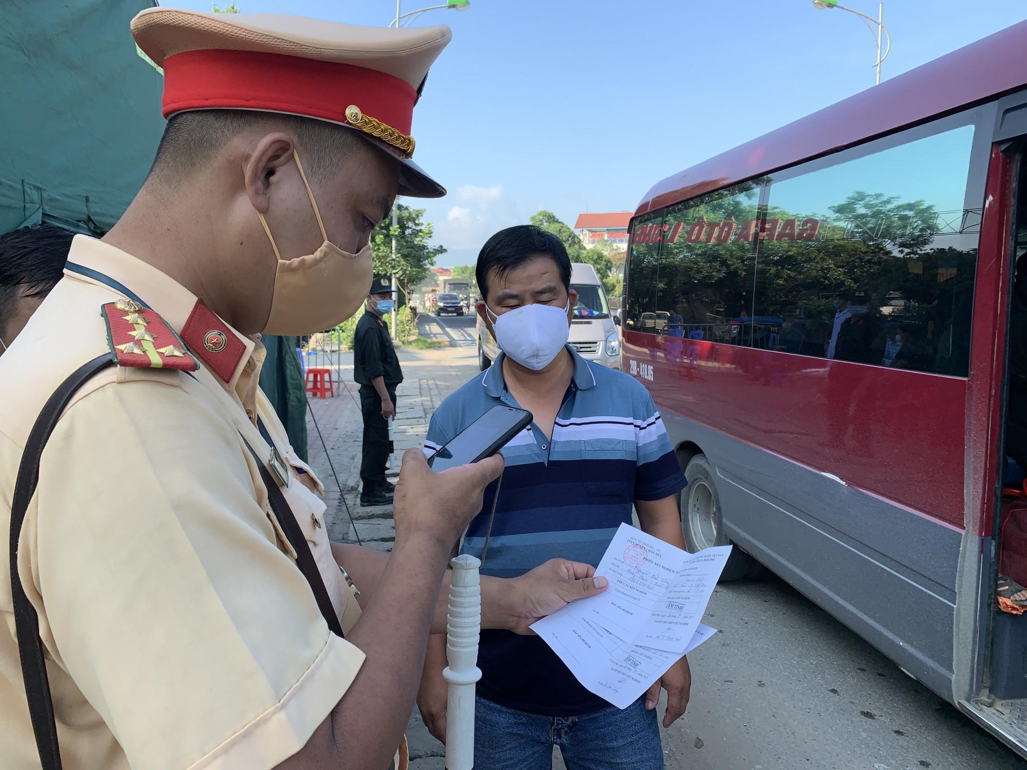 Lực lượng chức năng kiểm tra các phương tiện tại cửa ngõ Hà Nội