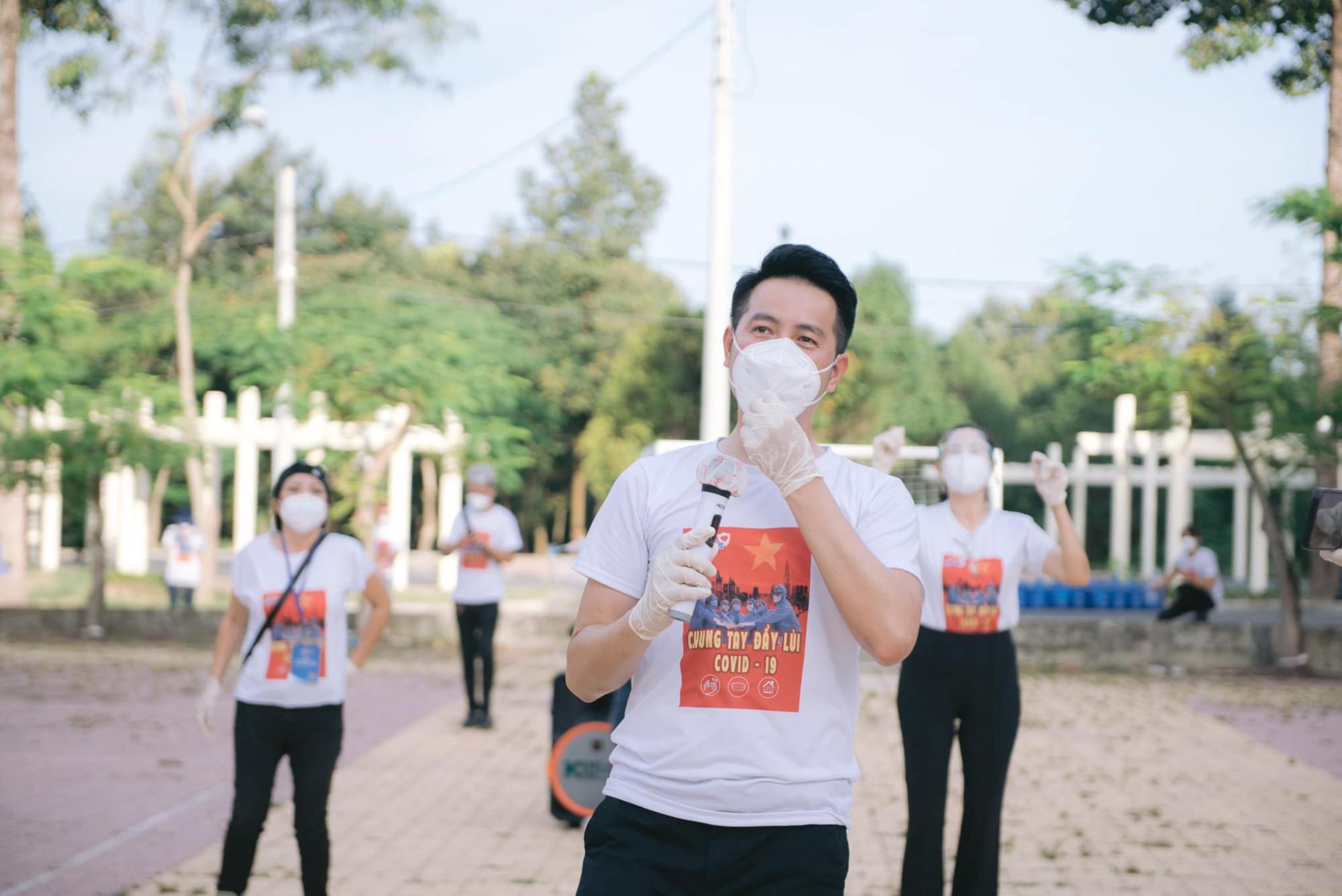 Ca sĩ Nguyễn Phi Hùng hát vang nhiều ca khúc động viên tinh thần các bệnh nhân.
