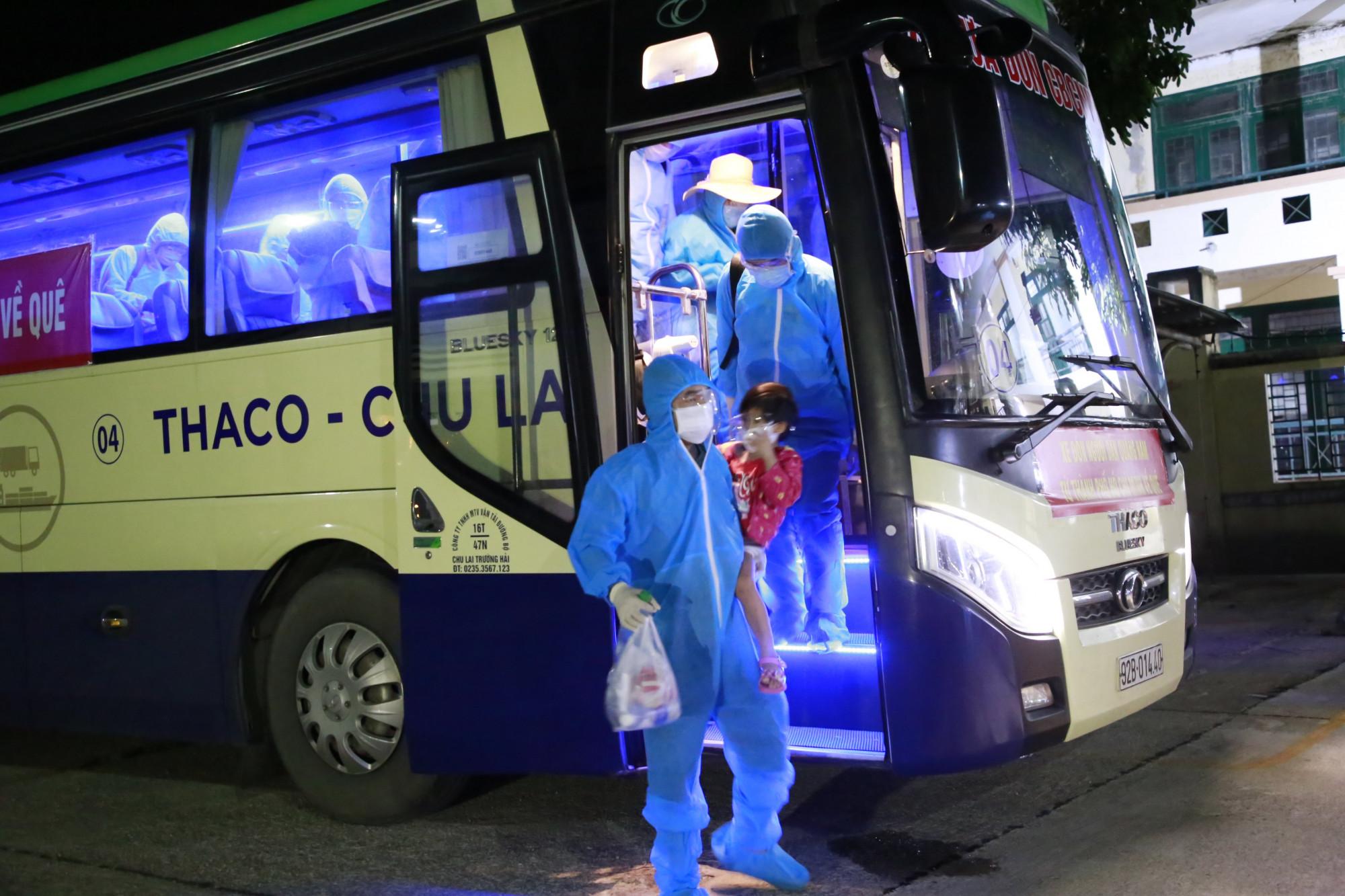 Đúng 2g30 phút rạng sáng ngày 23/7, 2 chiếc xe trong số 10 chiếc đã đón 77 công dân TP. Tam Kỳ từ TPHCM trở về quê hương