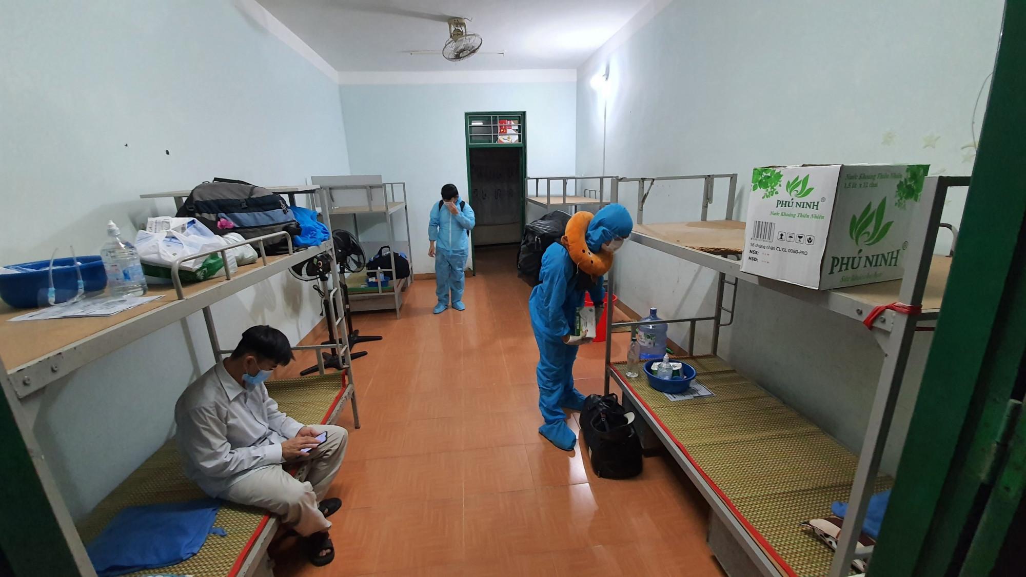 Sau khi hoàn thành mọi thủ tục, 77 người dân được bố trí chỗ nghỉ ở khu KTX trường Cao đẳng Quảng Nam