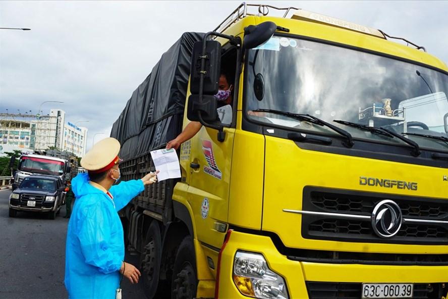 Bộ Giao thông - Vận tải và Bộ Công thương đều thống nhất gỡ những vướng mắc trong lưu thông hàng hoá là nhiệm vụ cần phải làm ngay
