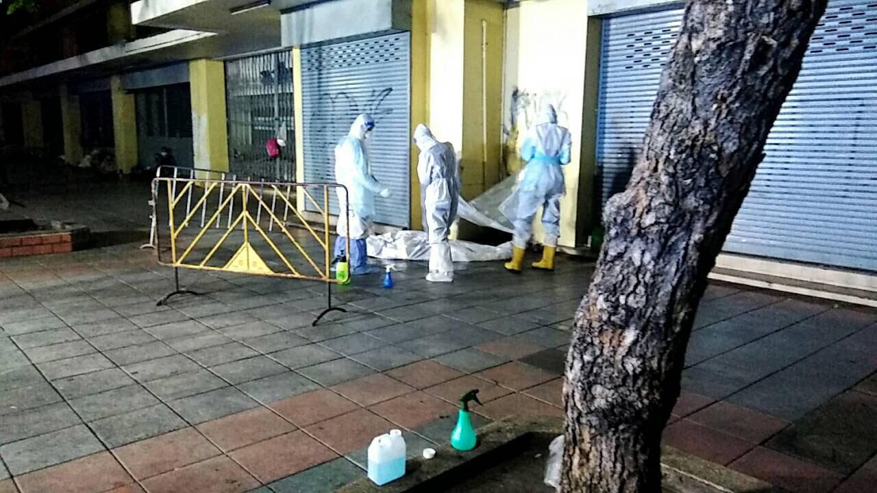 Các nhân viên y tế mặc đồ bảo hộ khám nghiệm thi thể một người đàn ông được tìm thấy đã chết trên đường Soi Sukhumvit 20, quận Watthana, Bangkok, vào sáng thứ Năm. (Ảnh cung cấp)