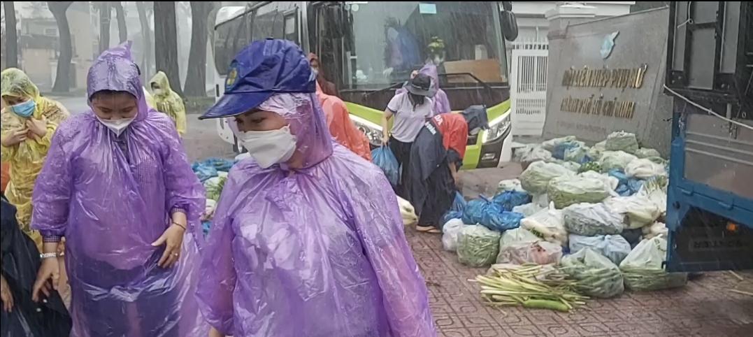 Dù trời mưa nặng hạt nhưng các đơn vị vẫn chuyển hàng hóa, lương thực thực phẩm đúng tiếm độ vớii hy vọmg h trợ kịp thời đến người dân