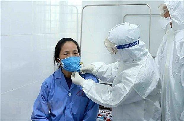 Nhân viên y tế chăm sóc bệnh nhân