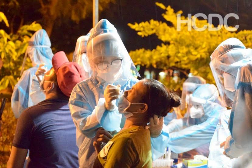 Xét nghiệm COVID-19 cho người dân tại quận Bình Tân.