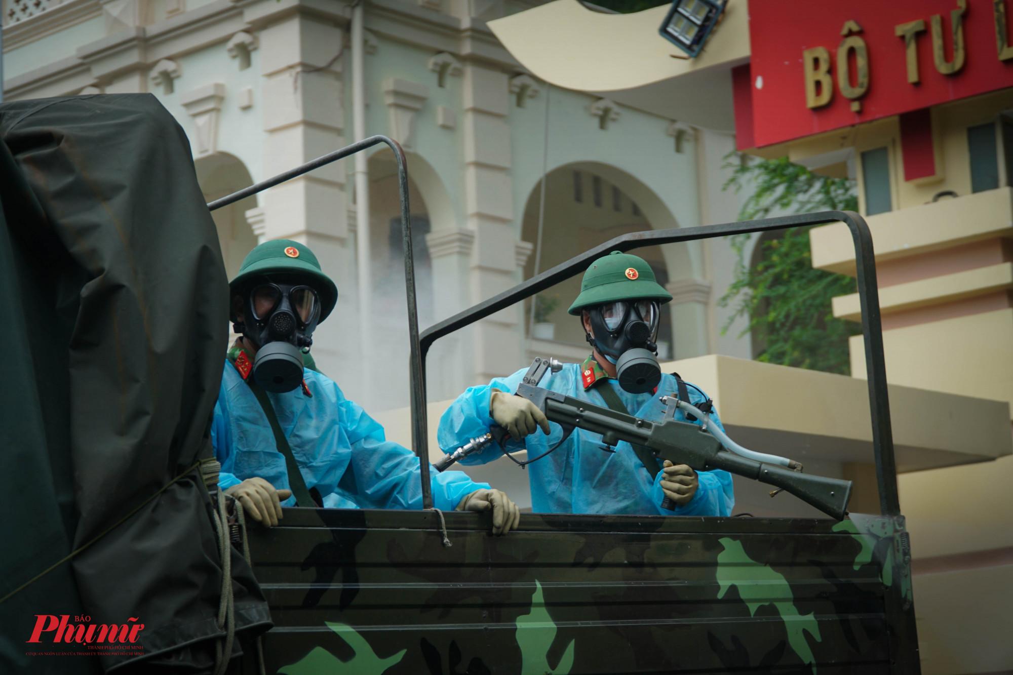Lực lượng  được trang bị đồ bảo hộ đảo bảo sức khỏe trong quá trình làm nhiệm vụ