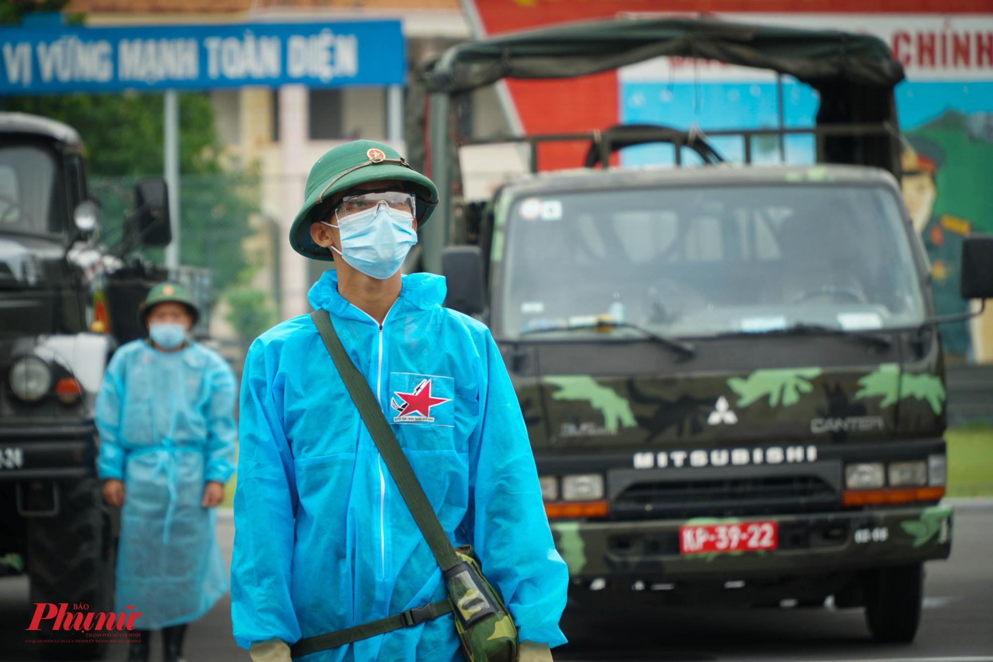 Các chiến sĩ thực hiện nhiệm vụ tiêu độc, khử khuẩn nghiêm chỉnh chờ lệnh xuất phát