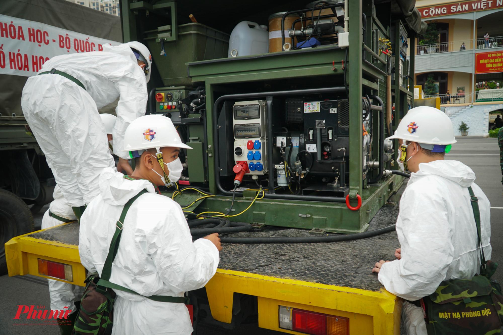 Lực lượng phun tiêu độc khử khuẩn tiến hành kiểm tra các thiết bị phun