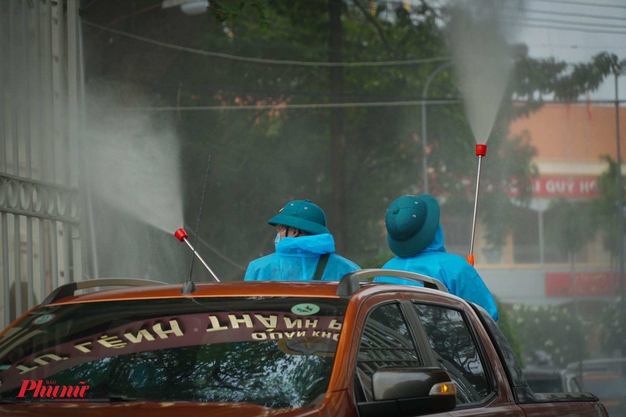 Lực lượng tiến hàng phun tiêu độc khử khuẩn tại cổng Bộ Tư lệnh trước khi xuất phát về TP Thủ Đức
